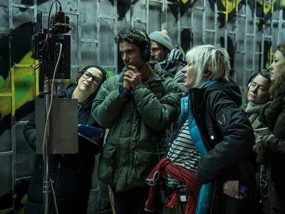 Chino Moya, con cascos ante el monitor, en el rodaje en Belgrado de 'Undergods'.