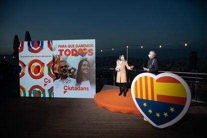 La presidenta de Ciudadanos, Inés Arrimadas, y el candidato de Cs a la Presidencia de la Generalitat, Carlos Carrizosa, en el acto de inicio de la campaña electoral para los comicios del 14 de febrero, en Barcelona.
