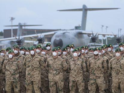 Las últimas tropas alemanas retiradas de Afganistán forman ante un avión A400M a su llegada a la base de Wunstorf, en Baja Sajonia, este miércoles.