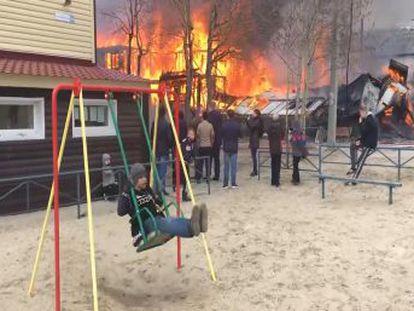 El fuego devoró el edificio y causó graves daños y un derrumbe, pero no hubo víctimas mortales