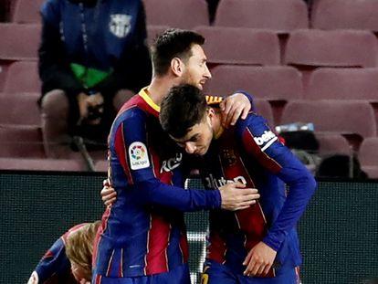 Messi saluda a Pedri, tras firmar el primer gol del Barcelona ante el Huesca.