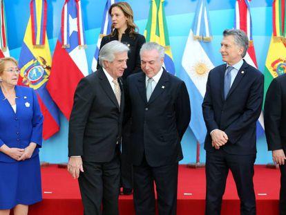 Los presidentes de Chile, Uruguay, Brasil, Argentina y Paraguay antes de la foto de familia de la cumbre de Mercosur.