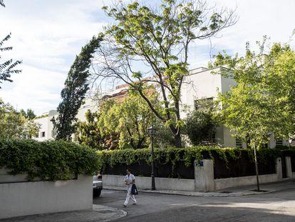 Una mujer pasea por una calle de la colonia El Viso.