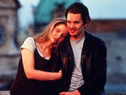 Julie Delpy y Ethan Hawke en un fotograma de la película 'Antes del amanecer' de Linklater.