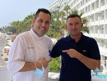 El cocinero Francis Muñoz y José Pérez en el restaurante El Parador Playa. J.C. CAPEL