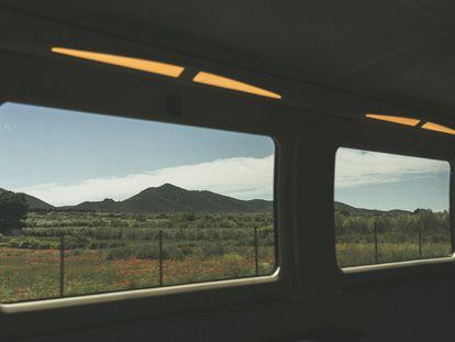 El parque natural de la Serra d'Irta desde un tren de Euromed.