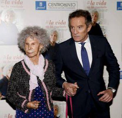 """La duquesa de Alba, Cayetana Stuart y Silva (i), junto a su marido, Alfonso Díez (d), durante la presentación de su nuevo libro """"Lo que la vida me ha enseñado"""", hoy en Madrid."""