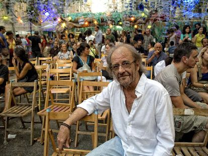 Luis Eduardo Aute, ayer, en la plaza de Rovira de Gràcia, en Barcelona.