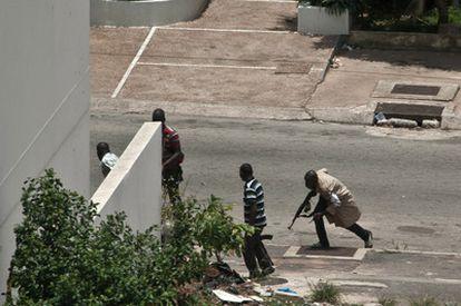 Milicianos pro-Gbagbo, de los <i>Jóvenes Patriotas</i>, toman posiciones frente a las líneas de las fuerzas leales al presidente reconocido internacionalmente, Alassane Ouatarra.