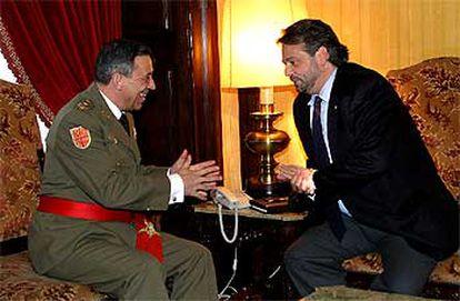 El presidente del Parlamento catalán, Ernest Benach, con el inspector general del Ejército de Tierra, Francisco Boyero, en la audiencia celebrada ayer en el despacho oficial del primero.