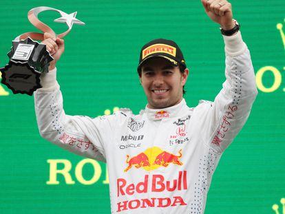 Checo Pérez celebra su tercer lugar en el Gran Premio de Turquía.