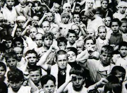 Los niños españoles saludan puño en alto a su llegada a México, en junio de 1937.