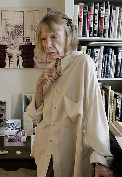 La escritora Joan Didion, en su apartamento de Nueva York. AP