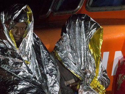 Varios de las 108 personas rescatadas en el puerto granadino de Motril este miércoles.