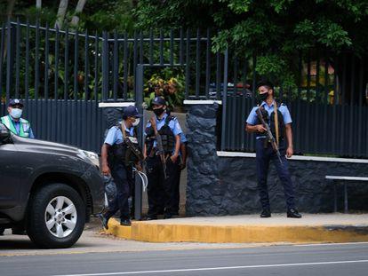 Policías frente a la casa de Cristiana Chamorro, detenida desde el miércoles por el régimen de Daniel Ortega.