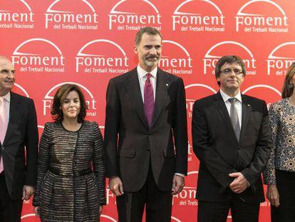 Desde la izquierda: el presidente de Foment del Treball, Gay de Montellà, la vicepresidenta del Gobierno, Soraya Sáenz de Santamaría, el Rey Felipe VI, Carles Puigdemont y la delegada de Gobierno, María de los Llanos de Luna.