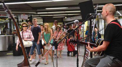 Varios músicos residentes en Valencia han actuado esta tarde en la parada de Colón como final del ciclo 'Cantautores al metro'.