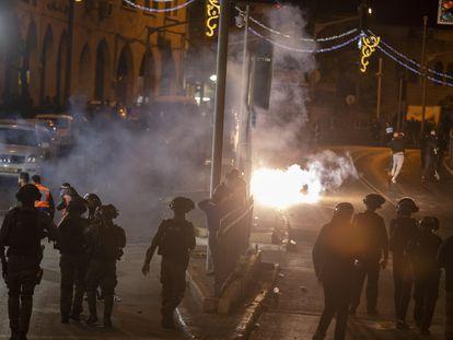 La policía israelí frente a una barricada encendida durante los enfrentamientos en Jerusalén.