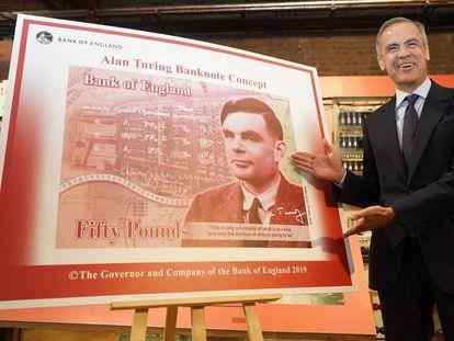 El gobernador del Banco de Inglaterra, muestra este lunes en Manchester el nuevo billete de 50 libras con el rostro del matemático Alan Turing.