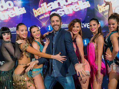 El presentador Roberto Leal junto a las bailarinas de Bailando con las estrellas.