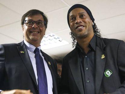El presidente de Embratur, Gilson Machado Neto, junto a Ronaldinho durante la ceremonia de su nombramiento, el 5 de septiembre en Brasilia.