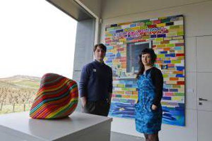 Los pintores modernistas Inés Santamaría y Alberto Albor posan junto a unas obras durante la inauguración de un espacio artístico creado por una bodega de la Ribera del Duero en el que conviven el mundo del vino y la creación artística.