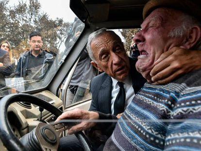 Marcelo Rebelo de Sousa consuela a una víctima de los incendios.