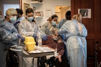 Un equipo de sanitarios prepara las dosis de la vacuna de Pfizer para una residencia de ancianos de Barcelona.