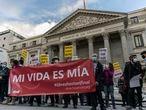 DVD 1032 (17-12-20)Cocentracion frente al Congreso de los Diputados en apoyo a la ley de Eutanasia, Madrid. En la foto familiares afectados por la ley de la Eutanasia celebran su aprobacio . Foto: Olmo Calvo