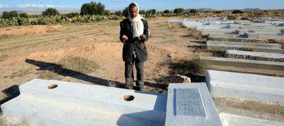 Un hombre reza ante la tumba de Mohamed Buazizi, el vendedor cuya inmolación hace tres años provocó la caída de Ben Alí.