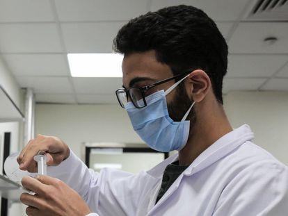 Un empleado de una planta egipcia dedicada a la producción del antiviral Remdesivir.