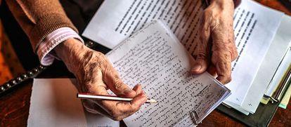 Las manos del escritor mientras repasa un texto escrito a mano (como siempre).