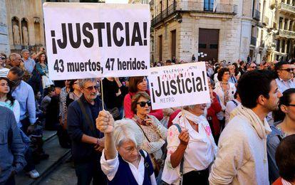 Una de las concentraciones convovadas por la AVM3J en la plaza de la Mare de Deu de Valencia.