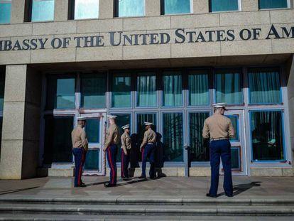 'Marines' vigilan la embajada de EE UU en Cuba.