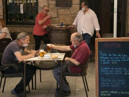 Vecinos de Manzanares el Real (Madrid) disfrutan de una terraza, este viernes.