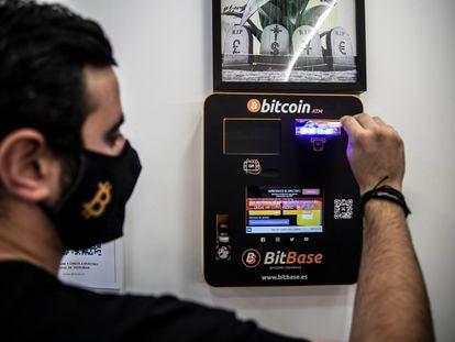 Gaetano Domínguez, en el cajero de bitcoins de la tienda BitBase situado en la calle de Princesa (Madrid).