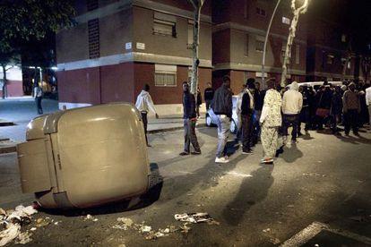 Un grupo de senegaleses, ayer por la noche en el barrio del Besòs de Barcelona tras la muerte a tiros de un compatriota.