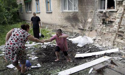 Una mujer, frente a un edificio que fue atacado en Donetsk.