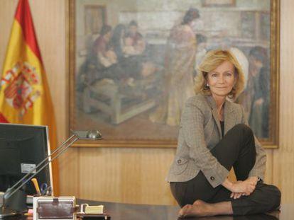 Elena Salgado cuando era ministra de Sanidad, en su despacho, haciendo ejercicios de gimnasia.