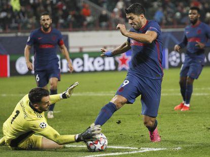Luis Suárez trata de sortear a Guilherme, portero del Lokomotiv de Moscú.