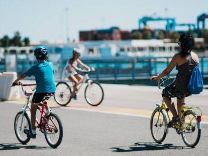 Ciudadanos de Valencia transitando en carril bici de La Marina.