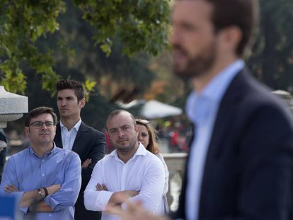 Ángel Carromero sigue la intervención de Pablo Casado en Madrid.