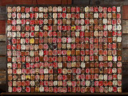 Obra de Trashformaciones, compuesta por 350 latas de refresco.