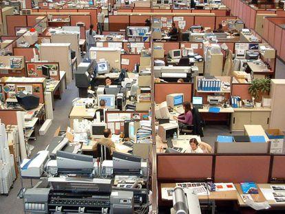 Trabajadores en una gran oficina