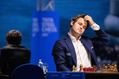 Carlsen, durante la partida de hoy con Yesipenko