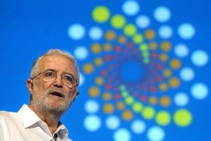 """El matemático Juan Luis Vázquez, durante la conferencia plenaria que ha pronunciado bajo el título """"Disfusión no lineal, desde el análisis hasta la física y la geometría""""."""