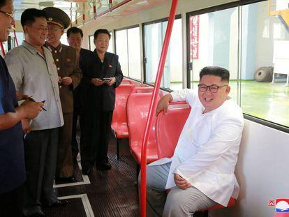 Kim Jong-un, este sábado en una visita a una fábrica de autobuses en Pyongyang.