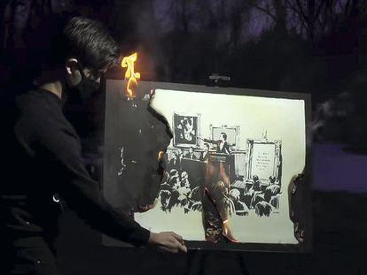 Fotograma del vídeo en el que el artista Burnt Banksy quema una obra de Banksy. Se vendió por 313.000 euros.