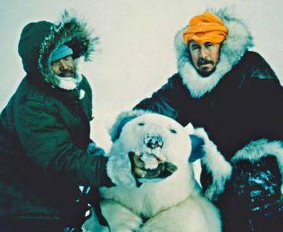 Marcial Gómez Sequeira (derecha) posa con un oso polar cazado en Canadá.
