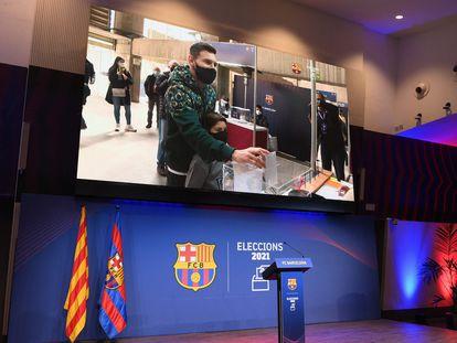 La imagen de Leo Messi en el momento que ejercía su derecho al voto, proyectada en las pantallas del Auditori 1899, junto al Camp Nou.